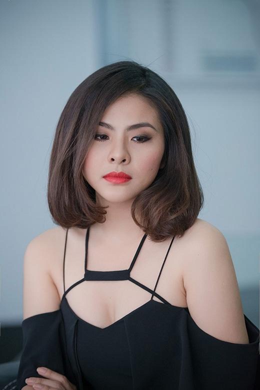 Vân Trang trở nên thu hút hơn với màu môi đỏ poplin.