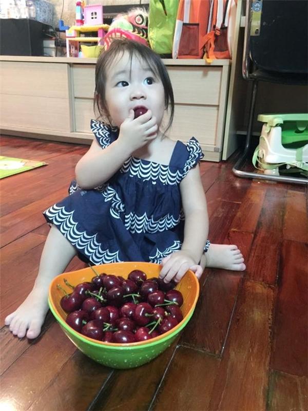 Đúng như tên gọi của mình, bố Lý Hải và mẹ Minh Hà rất tâm lí khi dành tặng riêng Cherry một giỏ đầy quả. - Tin sao Viet - Tin tuc sao Viet - Scandal sao Viet - Tin tuc cua Sao - Tin cua Sao