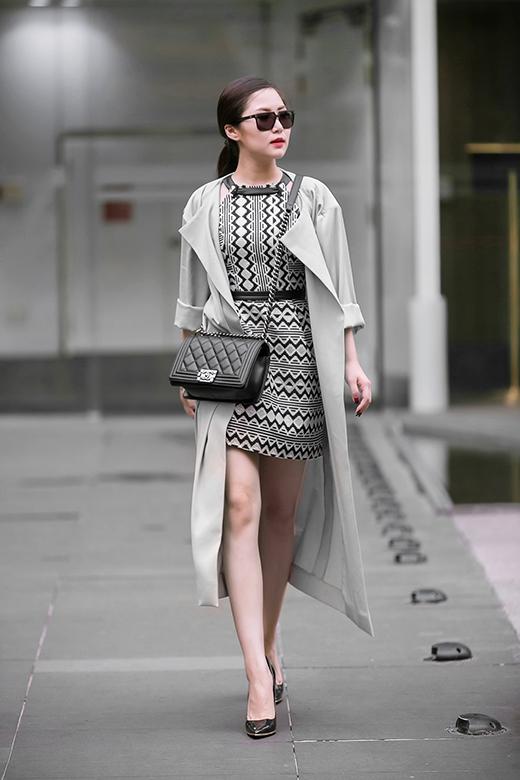 """Áo dáng dài với chất liệu vải mỏng của Hương Tràm cũng là một lựa chọn không tồi. Tuy nhiên khi diện loại trang phục này, phái đẹp nên cân nhắc kĩ về chiều cao, vóc dáng để không bị """"dìm hàng""""."""
