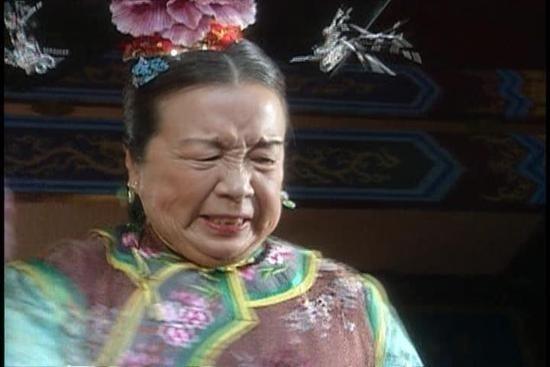 Dung ma ma - Lý Minh Khải được đánh giá là vai phản diện độc nhất vô nhị của làng điện ảnh Hoa ngữ với những cảnh đâm kim kinh điển. Thậm chí cho đến tận bây giờ, mỗi lần Lý Minh Khải xuất hiện trên sân khấu, khán giả đều đồng thanh hô: Đâm! để chào đón bà.