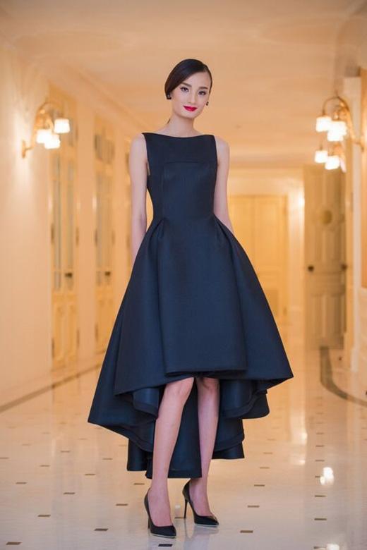 Lê Thúy mang đến hình ảnh sang trọng, quý phái trong chiếc đầm đen mullet kiêu kì thuộc bộ sưu tập Xuân Hè 2015 - La Vie En Rose của nhà thiết kế Đỗ Mạnh Cường.