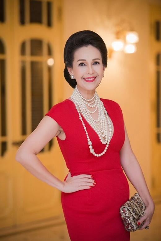 Diễm My diện chiếc váy đơn giản nhưng thu hút bởi sắc đỏ ruby rực rỡ. Cô kết hợp cùng bộ vòng cổ chuỗi hạt cầu kì của Chanel và ví cầm tay ánh kim nổi bật.