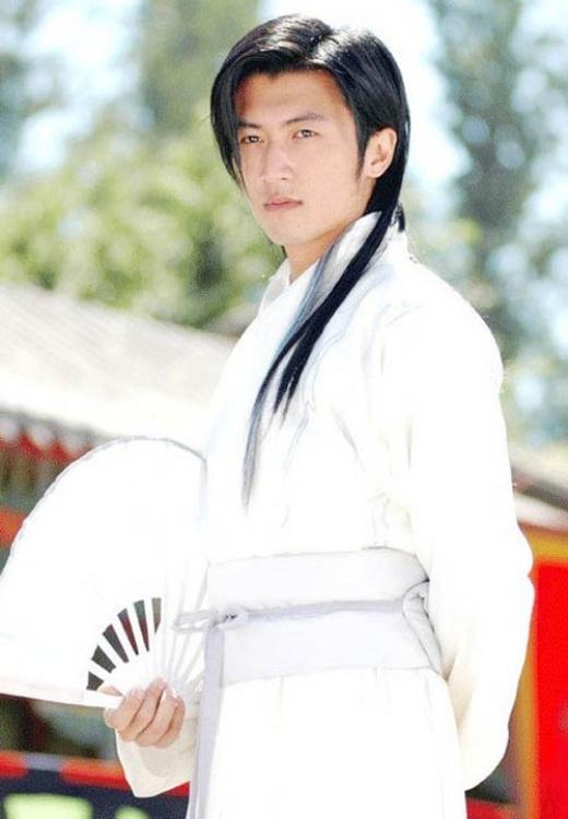 Trong trang phục trắng, Tạ Đình Phong toát lên vẻ anh hùng, lãng tử.
