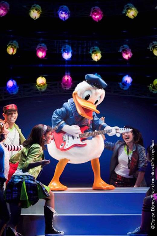 Ngoài ra, những tiết mục trình diễn của hơn 25 ngôi sao Disney gồm: chú chuột Mickey, cô chuột Minnie, chú vịt Donald, chú chó Goofy, nàng tiên cá Ariel, công chúa Ba Tư Jasmine, chàng lang thang Aladdin, cảnh sát trưởng Woody, chàng người máy nghĩa hiệp Buzz…hứa hẹn sẽ mang đến những tràng cười thả ga cho các bé và quan khách tham dự lễ hội.