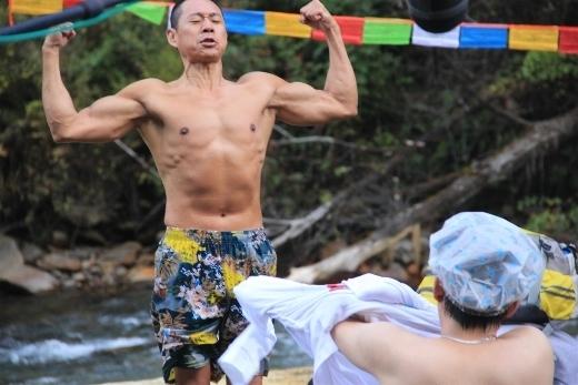 Dù sắp bước qua hàng ngũ U60 nhưng Trương Phong Nghị vẫn dễ dàng trở thành biểu tượng của phái mạnh khi giữ vững được sức mạnh và thân hình cơ bắp của mình.