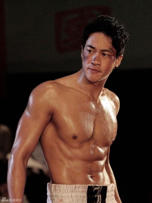Dù có nhan sắc gây tranh cãi nhưng ai cũng phải thừa nhận Hà Nhuận Đông là một trong những anh chàng có thân hình cơ bắp chuẩn nhất làng giải trí Hoa ngữ.
