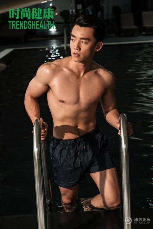 Trịnh Khải rất ít khi chịu khoe ngực trước ống kính, nhưng điều đó không có nghĩa là anh thiếu tự tin với cơ thể cường tráng của mình.