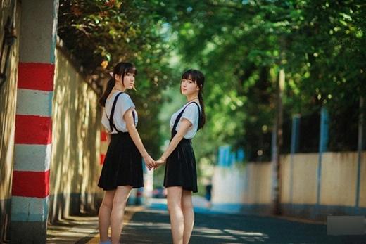 Ngạc nhiên với cặp song sinh xinh đẹp đi thi bằng điểm nhau