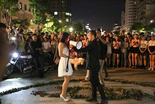 Cặp đôi náo loạn phố đi bộ với màn cầu hôn hoành tráng
