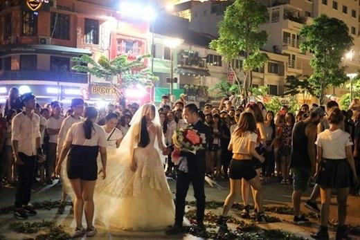 Sau phần nhảy flashmob,Duy Ngọc xuất hiện trong chiếc đầm cô dâu vô cùng lộng lẫy và xinh đẹp.