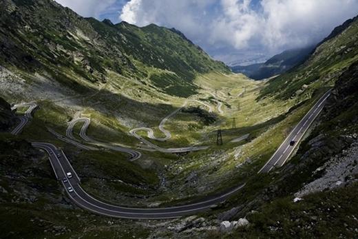 Đây là con đường cao tốc nằm trên núi Carpathian (Romania), kết nối các vùng của Rumani - Transylvania vàWallachia,đi qua các dãy núi Fagaras. Nơi đây từng được bình chọn là con đường thú vị nhất châu Âu.