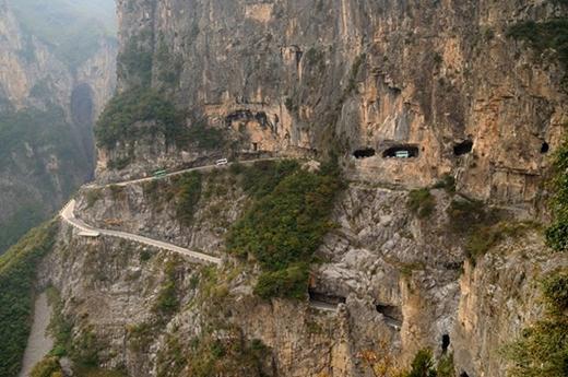 Đường hầm Golian (Trung Quốc) dài hơn 1km, nằm ở trên ngọn núi cao thuộc tỉnh Hà Nam. Phía sâu vào trong vách đá có một hang động tuyệt đẹp.