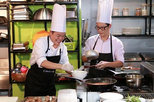 Ông chồng đảm đang trong nhà bếp với món Ý cực hấp dẫn.