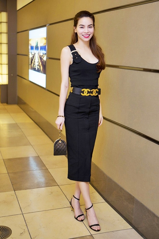 Với chiều cao vượt trội cùng tỉ lệ thân hình cân đối, Hồ Ngọc Hà dường như luôn góp phần tô điểm cho mỗi bộ trang phục mà cô diện thêm thu hút. Đến với buổi gặp mặt Hoa hậu Hoàn vũ Thế giới 2007 - Riyo Mori, nữ hoàng giải trí diện chiếc váy ôm với phần cổ trễ sâu khoe trọn đường cong hoàn hảo. Điểm nhấn được tạo nên bởi chiếc thắt lưng to bản có chi tiết ánh kim hợp mốt của Chanel.