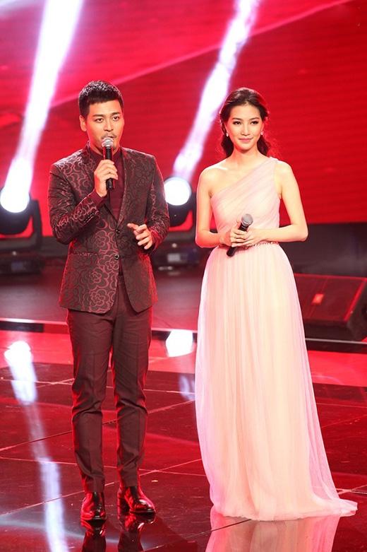 Cũng trên sân khấu này, nữ MC xinh đẹp Mỹ Linh ghi điểm với khán giả trong bộ váy xòe lệch vai được thực hiện trên nền chất liệu voan lụa xếp li mềm mại, điệu đà.