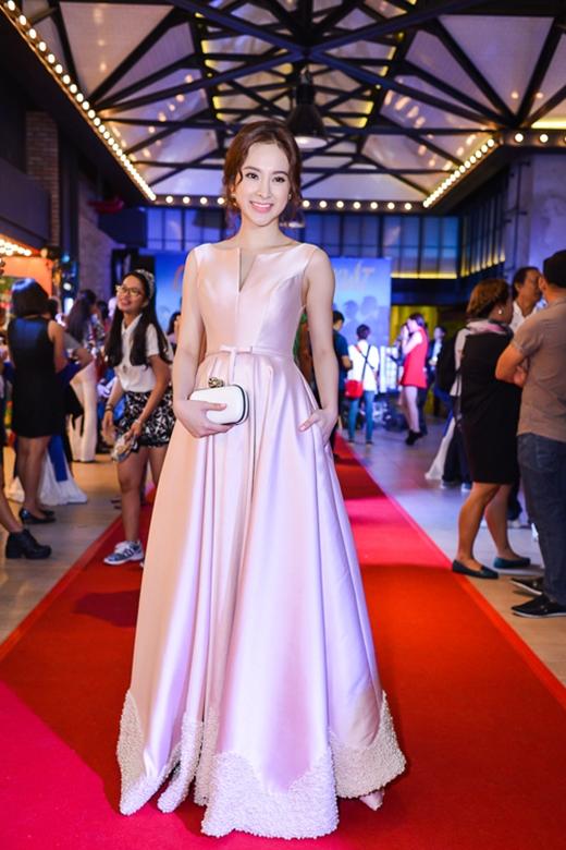 """Sắc hồng cũng là lựa chọn của Angela Phương Trinh khi xuất hiện trên thảm đỏ tuần qua. Mặc dù diện chiếc váy có phom cổ điển """"kín cổng cao tường"""" nhưng áquân Bước nhảy Hoàn vũ 2015 vẫn khiến người đối diện phải xuýt xoa, trầm trồ bởi sự ngọt ngào, thu hút."""
