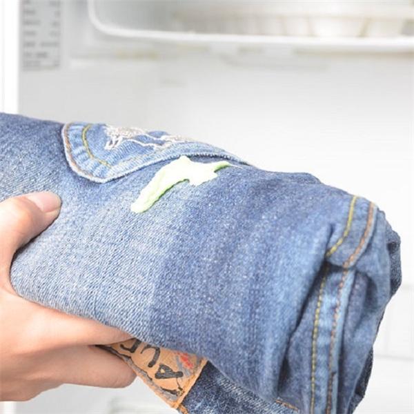 Bí quyết đánh bay bã kẹo cao su trên quần áo