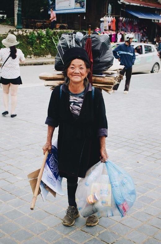 Cụ bà đi gom nhặt rác tạiLào Cai.
