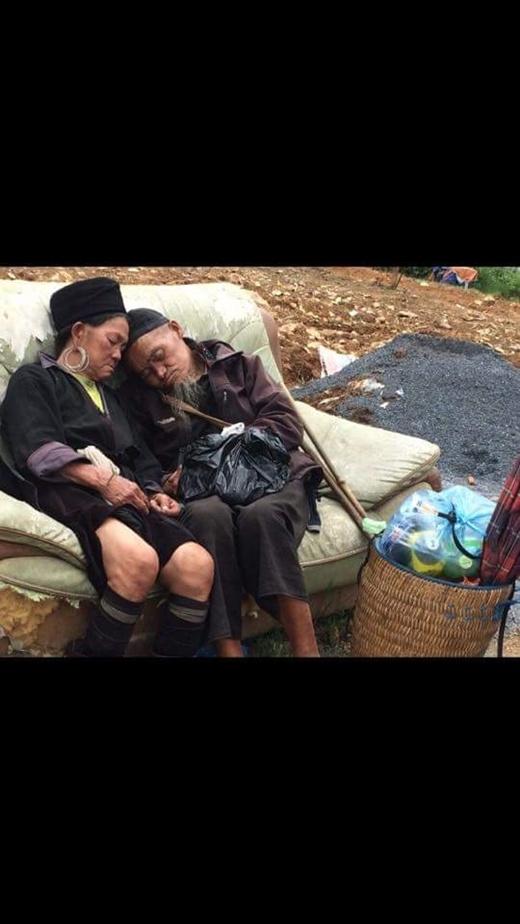 Hai cụ tựa vào nhau nghỉ ngơii vô cùng hạnh phúc.