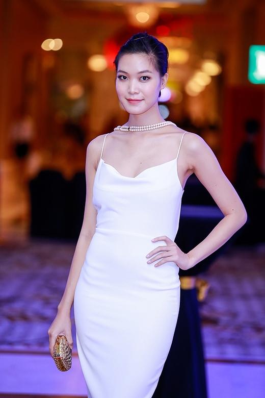 Thùy Dung vẫn trung thành với phong cách gợi cảm thường thấy. Cô diện chiếc váy hai dây phom dài trên nền sắc trắng tinh khôi khoe khéo bời vai thon thả.