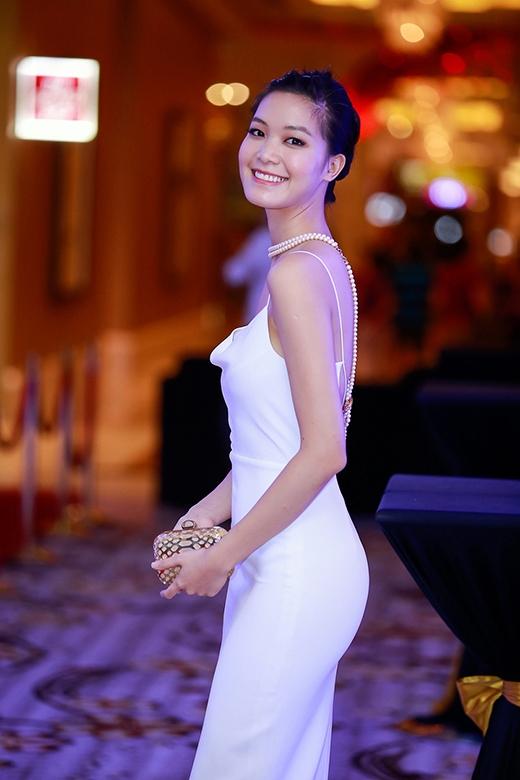 Thiết kế còn tạo nên sự táo bạo bởi phần lưng khoét sâu cùng đường xẻ tà cao. Hoa hậu Việt Nam 2008 khéo léo điểm xuyết cho bộ trang phục bằng vòng cổ chuỗi hạt và clutch cầm tay ánh kim nổi bật.