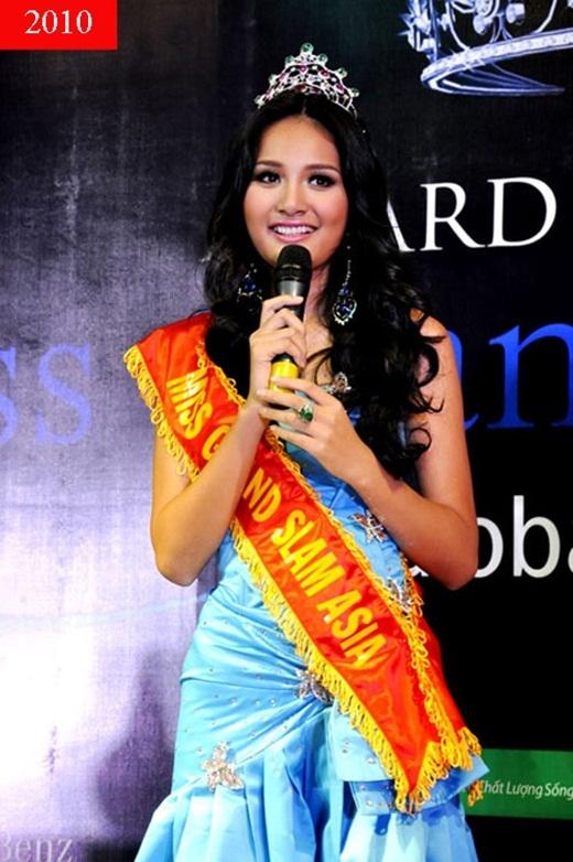 Thế nhưng 2010 mới là năm thành công nhất trong sự nghiệp của Hương Giang khi cô xuất sắc đạt một loạt các giải thưởng do trang web nổi tiếng Globalbeauties bình chọn như top 3 Đệ nhất mĩ nhân đươngđại, top 10 Gương mặt của năm, top 10 Hoa hậu của các hoa hậu và đặc biệt là danh hiệu Hoahậu đẹp nhất Châu Á. - Tin sao Viet - Tin tuc sao Viet - Scandal sao Viet - Tin tuc cua Sao - Tin cua Sao