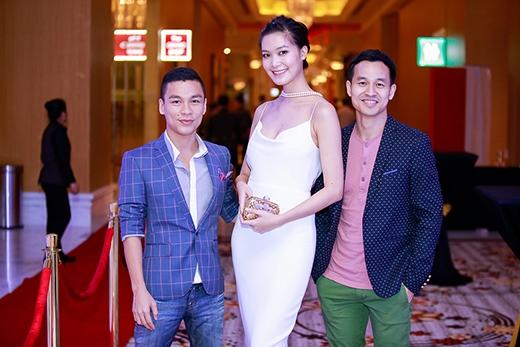 Cả hai chụp ảnh cùng Hoa hậu Thùy Dung.
