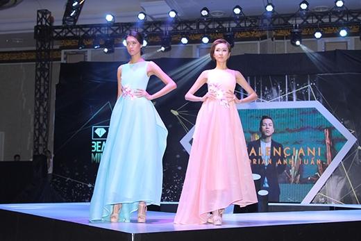 Hai thiết kế váy dài cổ điển được tạo điểm nhấn bởi chi tiết hoa mộc lan đính nổi ở thắt eo.
