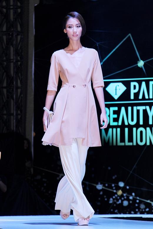 Thiết kế mang đậm âm hưởng của thời trang cổ điển nhưng vẫn phảng phất sự phá cách mới lạ.