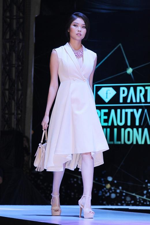 Sự phóng khoáng, tự do nhưng vẫn điệu đà, gợi cảm trong phong cách của người phụ nữ hiện đại luôn là những đặc trưng rõ nét về thiết kế của Adrian Anh Tuấn.
