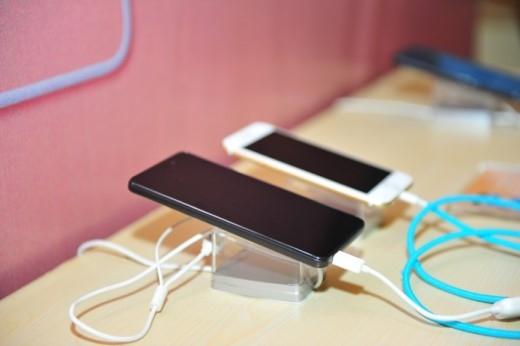 """Lai Yollo là chiếc điện thoại duy nhất trong cùng phân khúc, được trang bị khả năng """"truyền sức mạnh"""" cho điện thoại khác."""