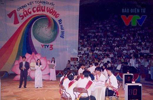 Nhà báo Tạ Bích Loan và Lưu Minh Vũ dẫn chương trình 7 sắc cầu vồng vào năm 1998. - Tin sao Viet - Tin tuc sao Viet - Scandal sao Viet - Tin tuc cua Sao - Tin cua Sao