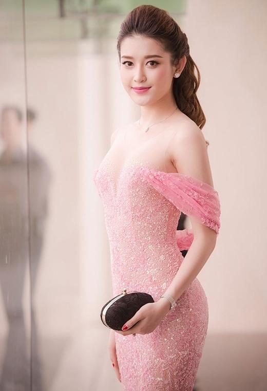Sự tiết chế trong chừng mực cùng những phom váy được đo ni đóng giày giúp Á hậu Việt Nam 2014 luôn thu hút, quyến rũ.