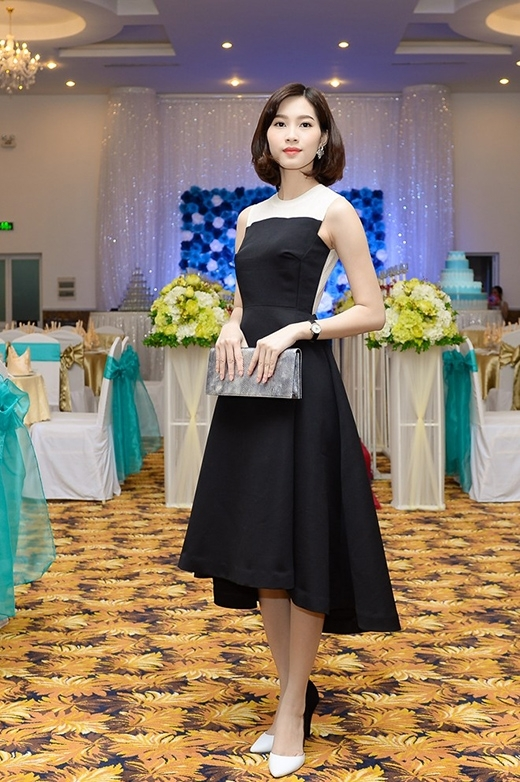 Hình ảnh đơn giản, nhẹ nhàng nhưng đầy thu hút của Hoa hậu Việt Nam 2012 - Đặng Thu Thảo trong chiếc váy có phom cổ điển của nhà thiết kế Lê Thanh Hòa.