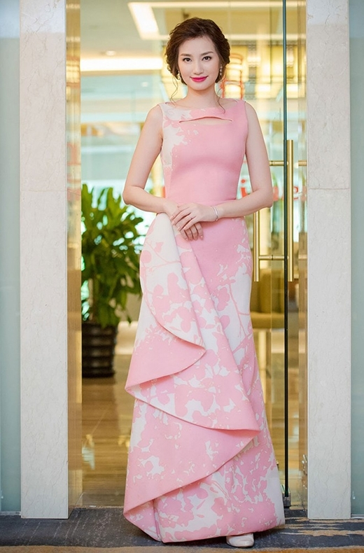 """Trúc Diễm diện chiếc váy """"kín cổng cao tường"""" có chi tiết dựng phom bất đối xứng lạ mắt. Sự hòa quyện giữa sắc hồng cùng những họa tiết in chìm nhưng sống động càng khiến người đẹp trở nên thu hút hơn."""