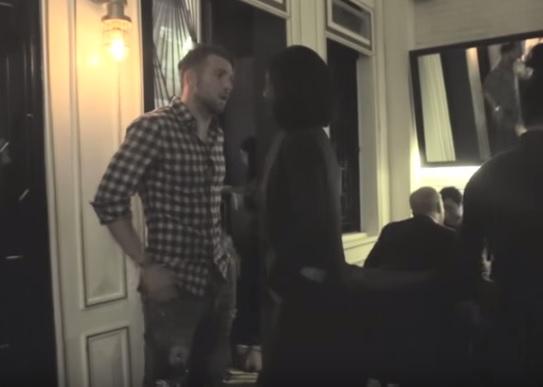 Trong suốt bữa tiệc, người đẹp liên tục trò chuyện cùng chàng trai này. - Tin sao Viet - Tin tuc sao Viet - Scandal sao Viet - Tin tuc cua Sao - Tin cua Sao