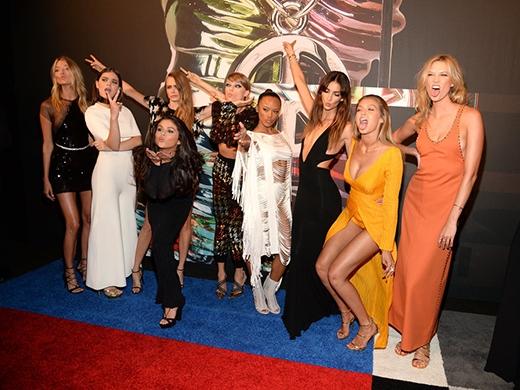 """Taylor bắt đầu đêm trọng đại bằng việc đưa cả """"đội quân"""" bạn thân lên thảm đỏ cùng mình. Các cô nàng trông vô cùng thoải mái và nhắng nhít bên nhau."""