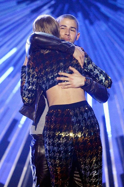 Nick Jonas và Taylor đã trao nhau một cái ôm vô cùng ấm áp sau khi anh công bố và trao tặng giải thưởng Video xuất sắc nhất của nữ nghệ sĩ cho cô nàng.
