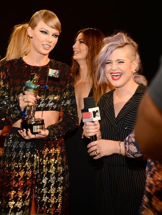 Taylor khiến Kelly Osbourne phải bật cười trong buổi phỏng vấn trước lễ trao giải.