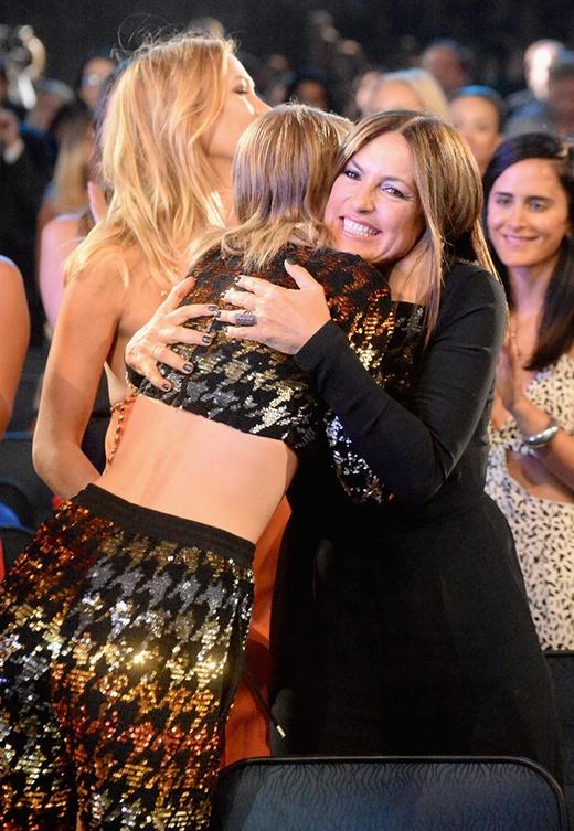Taylor và Mariska Hargitay, một trong những nữ diễn viên trong MV Bad Blood chia sẻ một chiếc ôm chặt khi Taylor nghe được tên mình thắng giải.