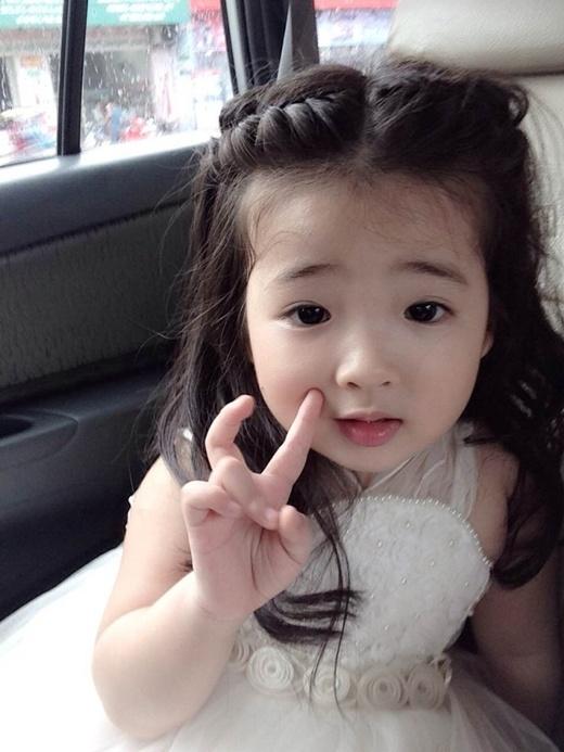 Chết mê chết mệt trước bé gái 3 tuổi xinh như thiên thần