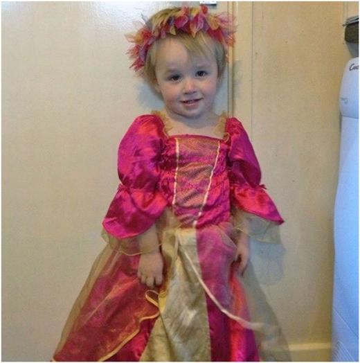 Logan trong chiếc đầm công chúa màu hồng sặc sỡ.