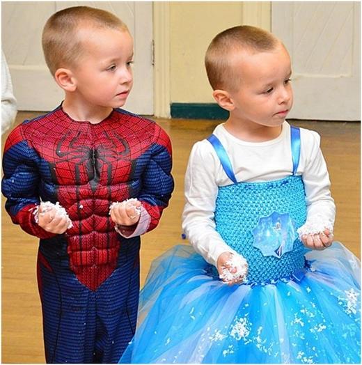 Alfie (trái) và Logan (phải) với trang phục khác biệt khi đứng cạnh nhau.
