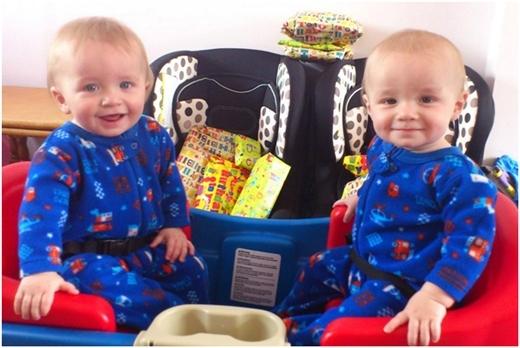 Cả hai em bé ban đầu đều được mẹ mặc cho quần áo con trai.