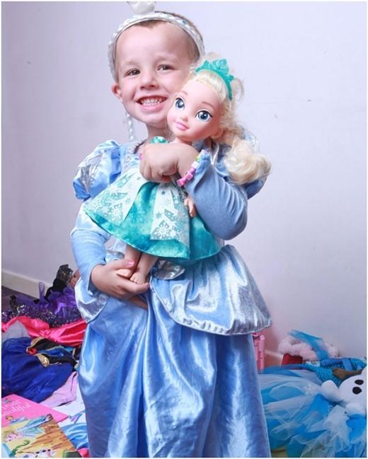 Em thích mặc đầm công chúa và chơi búp bê.