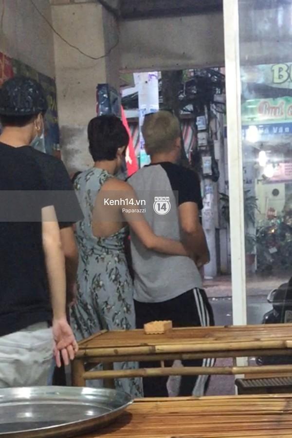 Tóc Tiên ôm chặt Hoàng Touliver khi rời một quán ăn (ảnh: Theo Trí thức trẻ) - Tin sao Viet - Tin tuc sao Viet - Scandal sao Viet - Tin tuc cua Sao - Tin cua Sao