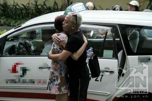 Cả hai ôm chặt khi chia tay nhau trước khi Hoàng Touliver lên đường sang châu Âu lưu diễn hồi cuối tháng 5. - Tin sao Viet - Tin tuc sao Viet - Scandal sao Viet - Tin tuc cua Sao - Tin cua Sao