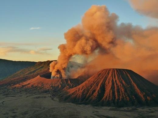 Indonesia – quốc gia có nhiều núi lửa hoạt động mạnh nhất thế giới. Hiện có 127 ngọn núi lửa vẫn còn hoạt động, thu hút hàng triệu du khách trong nước và quốc tế đến đất nước này để ngắm núi lửa.