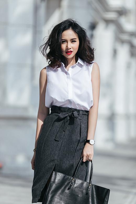 Hình ảnh của những cô nàng công sở thanh lịch, chỉn chu đã được vận dụng vào phong cách thời trang đường phố với sự phá cách độc đáo. Dựa trên nguồn cảm hứng đó, Đinh Ngọc Diệp chọn phối giữa áo sơ mi trắng cộc tay cùng chân váy bút chì lưng cao cổ điển.