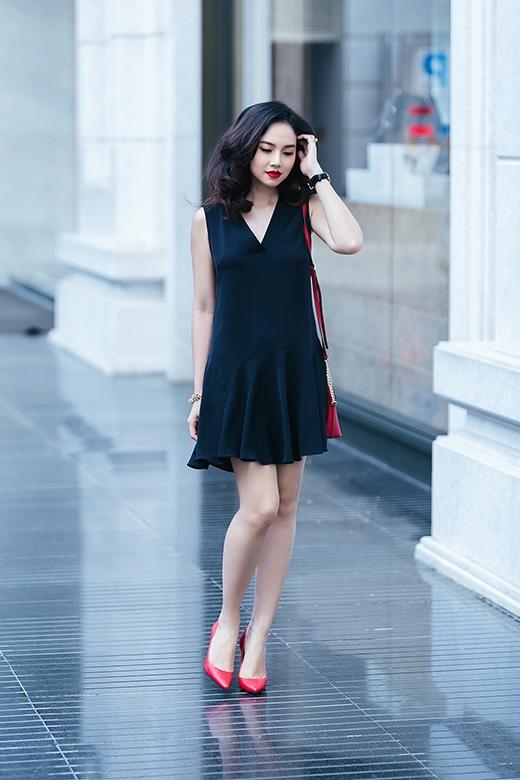 Chiếc váy phom suông đơn giản đã trở nên độc đáo hơn nhờ chi tiết tạo phom gợn sóng tinh tế đối xứng hai bên.